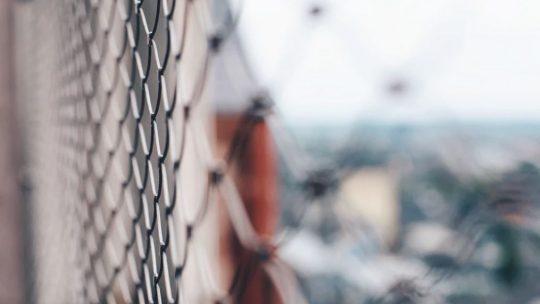 Comment monter une clôture rigide ?